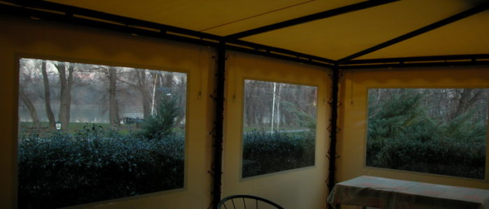 Víztiszta oldalfal, ponyva ablak